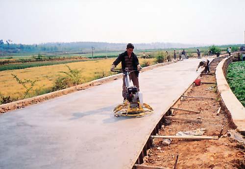 白水镇群众修建乡村水泥路