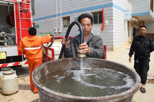 桥社区送去桶装矿泉水