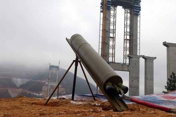 发射现场  待发射的火箭  火箭点火  火箭飞跃主塔间峡谷   1月11日,全国第三次、云南首次的先导索输送火箭抛掷法在云南省宣威市普立乡普(立)宣(威)高速普立特大桥施工现场成功实施。   先导索施工标志着大桥施工由下部结构转为上部结构施工。抛送先导索、牵引架设拽拉钢缆是悬索桥进入上部结构施工的关键环节,抛送先导索后,才能架设空中便桥,开辟主缆和桥面施工工作平台。目前国内外悬索桥施工可采用直升机牵引、船舶运送、人工拽拉、火箭抛掷等方法输送先导索。   普利特大桥是普宣高速公路控制性工程,是主跨为6